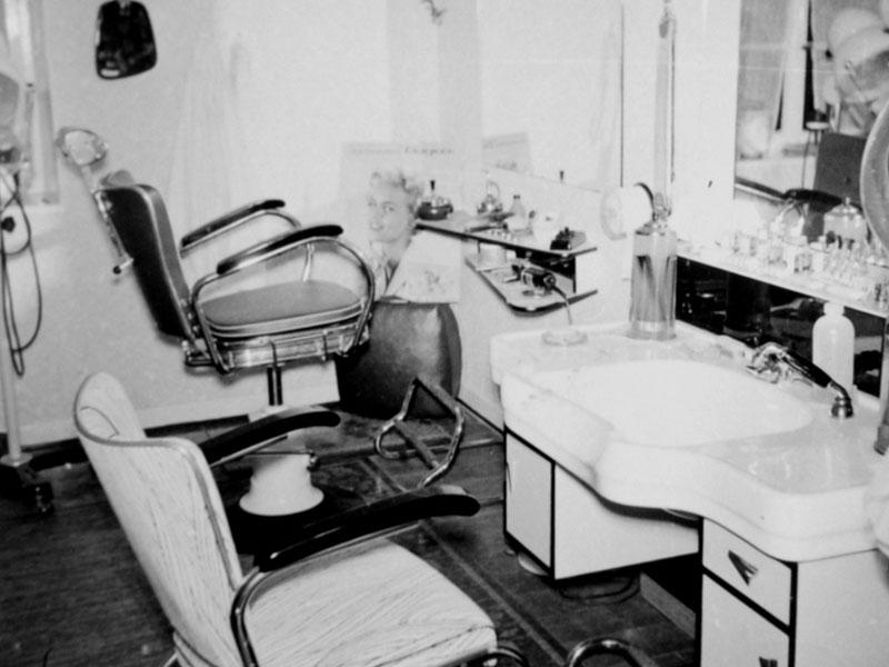 Erste Saloneinrichtung